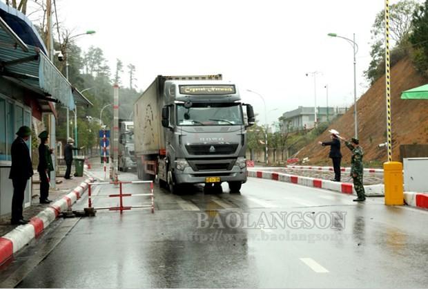 Xe hàng di chuyển qua Cửa khẩu Quốc tế Hữu Nghị, Lạng Sơn. (Nguồn: Báo Lạng Sơn).
