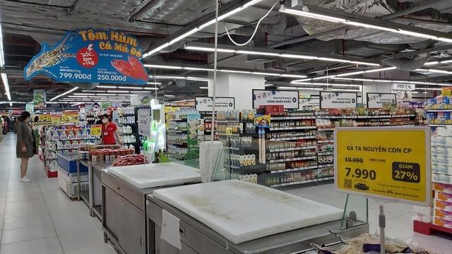 Khay bán tôm hùm và nơi bán thuỷ sản của một đại siêu thị tại Hà Nội trống trơn, hàng đưa ra không kịp bán đã hết.