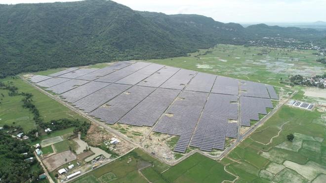Sao Mai Solar PV1 dưới chân Núi Cấm phong cảnh hữu tình và nhuốm màu huyền thoại.