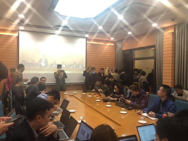 """Rất đông phóng viên các cơ quan báo chí """"trực chiến"""" tại phòng báo chí UBND TP. Hà Nội đêm 6/3 (Ảnh: Thu Trang)."""