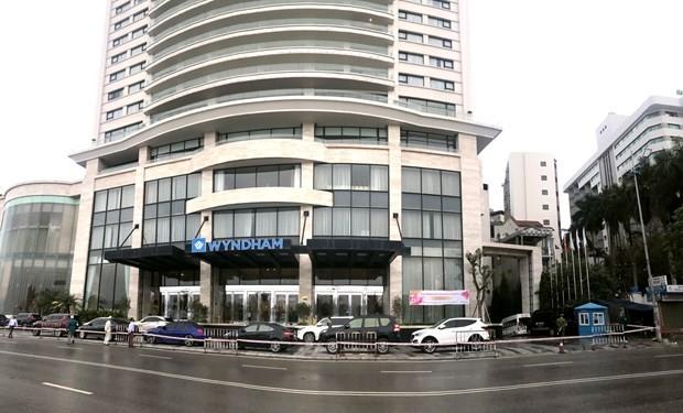 Xung quanh khách sạn Wyndham đều được lực lượng chức năng phong tỏa. (Nguồn: Báo Quảng Ninh).