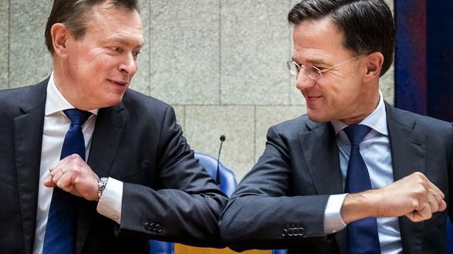 Thủ tướng Hà Lan Mark Rutte (phải) cụng khuỷu tay chào hỏi với Bộ trưởng chăm sóc y tế Bruno Bruins giữa bối cảnh dịch bệnh, vào ngày 10/3. Ảnh: Theatlantic.