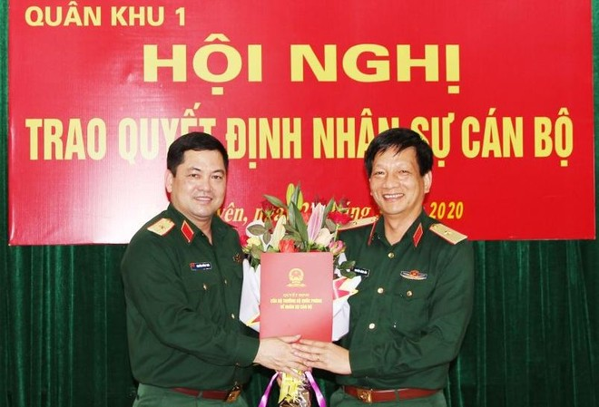 Thay mặt Bộ Quốc phòng, Thiếu tướng Nguyễn Hồng Thái, Tư lệnh Quân khu 1 trao quyết định cho Thiếu tướng Nguyễn Đăng Bảo.