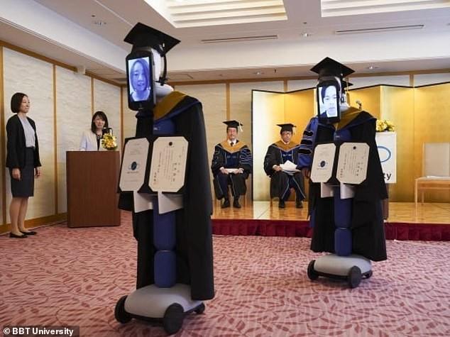 Các robot được mặc trang phục tốt nghiệp và gắn một chiếc máy tính bảng trên mặt.