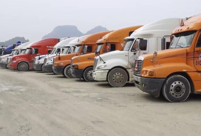 Xe hàng đỗ tại cửa khẩu Tân Thanh.