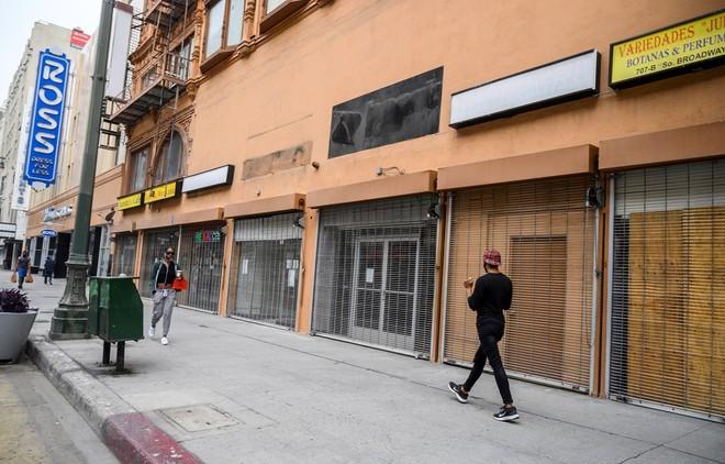 Các cửa hàng kinh doanh đóng cửa do dịch COVID-19 tại Los Angeles, Mỹ ngày 30/4/2020. (Ảnh: AFP/TTXVN).