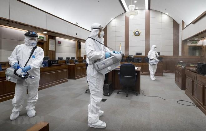 Nhân viên kiểm dịch phun khử trùng bên trong một tòa án ở Seoul, Hàn Quốc. (Ảnh: Yonhap/TTXVN).