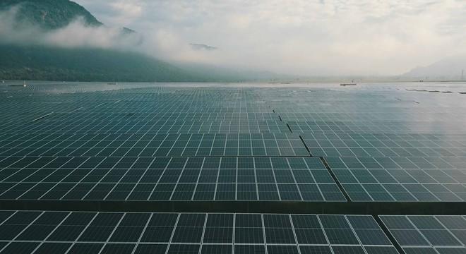 Trang trại pin điện mặt trời dưới chân Núi Cấm.
