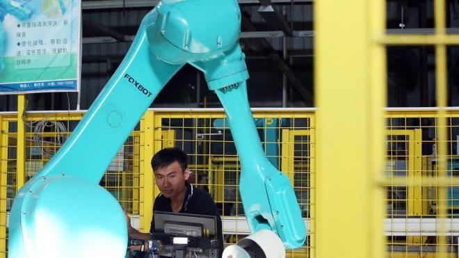 Robot công nghiệp Foxbot được thử nghiệm tại cơ sở của Foxconn ở Thâm Quyến (Trung Quốc) vào năm 2016.