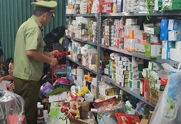 Lực lượng Quản lý thị trường kiểm tra hàng hóa tại một cơ sở. (Ảnh: Quản lý thị trường cung cấp).