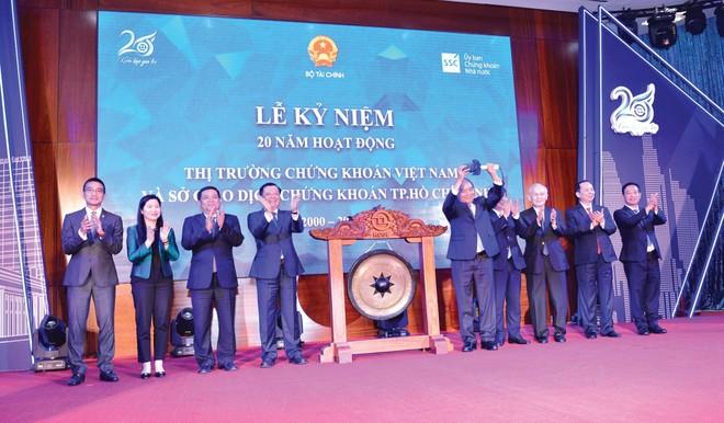 Thủ tướng Chính phủ Nguyễn Xuân Phúc cùng lãnh đạo một số bộ, ngành tham dự Lễ kỷ niệm 20 năm hoạt động TTCK Việt Nam và 20 năm HOSE.