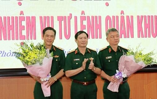 Trung tướng Nguyễn Tân Cương chúc mừng Trung tướng Vũ Hải Sản và Thiếu tướng Nguyễn Quang Ngọc.
