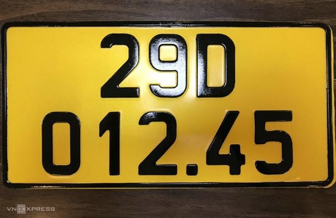 Mẫu biển màu vàng cho xe đăng ký kinh doanh từ ngày 1/8. Ảnh: Cục CSGT cung cấp.