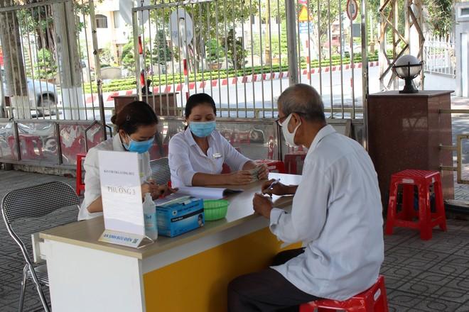 Gộp chi trả lương hưu, trợ cấp bảo hiểm xã hội tháng 8 và 9 tại một số tỉnh miền Trung, Tây Nguyên