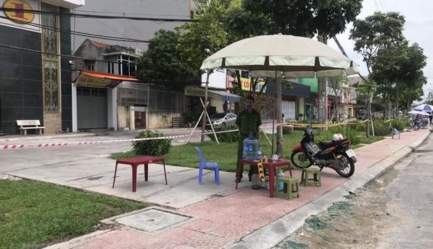Chốt kiểm soát tại khu vực xung quanh nhà số 36 phố Ngô Quyền, thành phố Hải Dương. (Ảnh: Mạnh Tú/TTXVN).