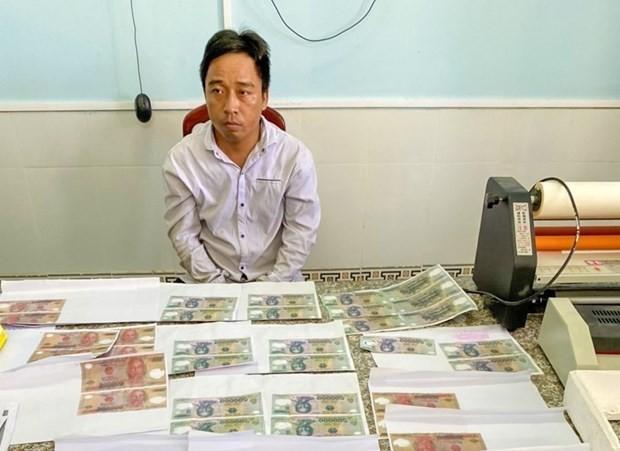 Đối tượng Trần Văn Tâm cùng tang vật. (Ảnh: TTXVN phát).