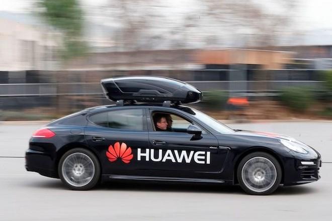 Một chiếc Porsche Panamera điều khiển bởi Huawei Mate 10 Pro tại Mobile World Congress 2018 ở Barcelona, Tây Ban Nha. Ảnh: Caixin.