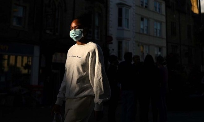 Một phụ nữ đeo khẩu trang tại thành phố Durham, phía đông bắc Anh, hôm 29/9. Ảnh: AFP.