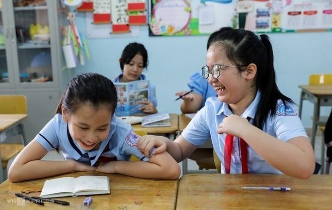 Học sinh trường Tiểu học Đinh Tiên Hoàng (quận 1, TP HCM) trong buổi đầu trở lại trường hồi tháng 5, sau ba tháng nghỉ phòng chống Covid-19.