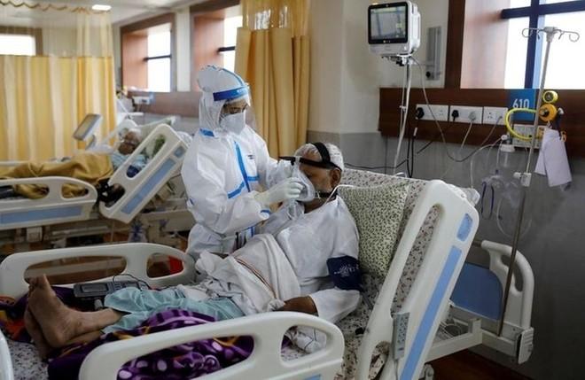 Nhân viên y tế chăm sóc bệnh nhân ở ngoại ô New Delhi, Ấn Độ ngày 15/9. Ảnh: Reuters.