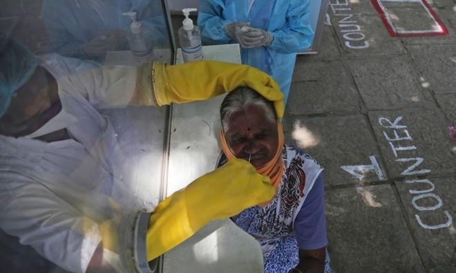 Nhân viên y tế lấy mẫu xét nghiệm cho người dân ở Hyderabad, Ấn Độ, hôm 3/10. Ảnh: AP.