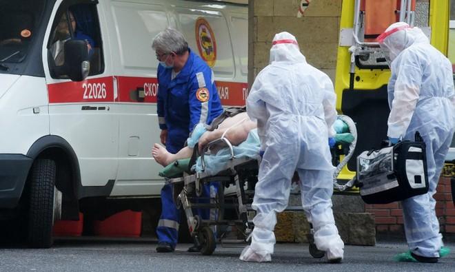 Nhân viên y tế vận chuyển bệnh nhân ở Saint Petersburg, Nga, hôm 5/10. Ảnh: AFP.