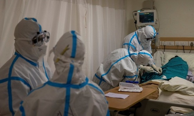 Nhân viên y tế chăm sóc cho bệnh nhân nhiễm nCoV tại một bệnh viện ở New Delhi, Ấn Độ, ngày 5/9. Ảnh: Reuters.
