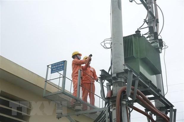 Công nhân Công ty Điện lực Đông Anh kiểm tra công tác đảm bảo điện. (Ảnh: Mạnh Khánh/TTXVN).