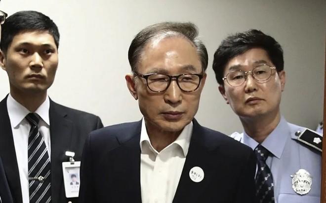 Cựu Tổng thống Lee Myung-bak (giữa). Ảnh: SCMP.
