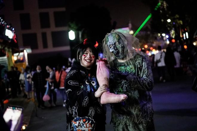 Khách du lịch khắp nơi đổ về Vũ Hán tham dự ngày lễ Halloween ảnh 8