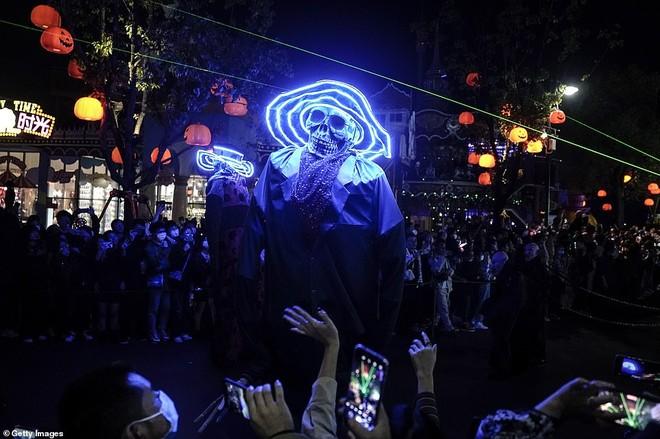 Khách du lịch khắp nơi đổ về Vũ Hán tham dự ngày lễ Halloween ảnh 6