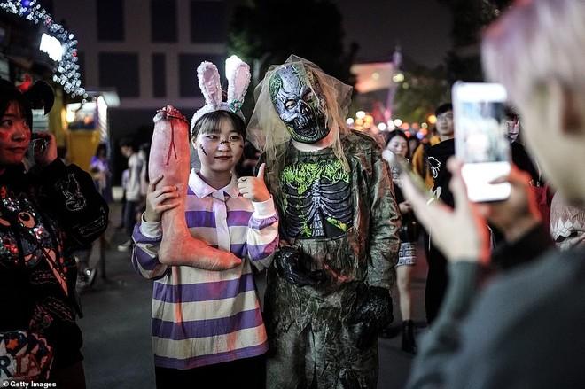 Khách du lịch khắp nơi đổ về Vũ Hán tham dự ngày lễ Halloween ảnh 4