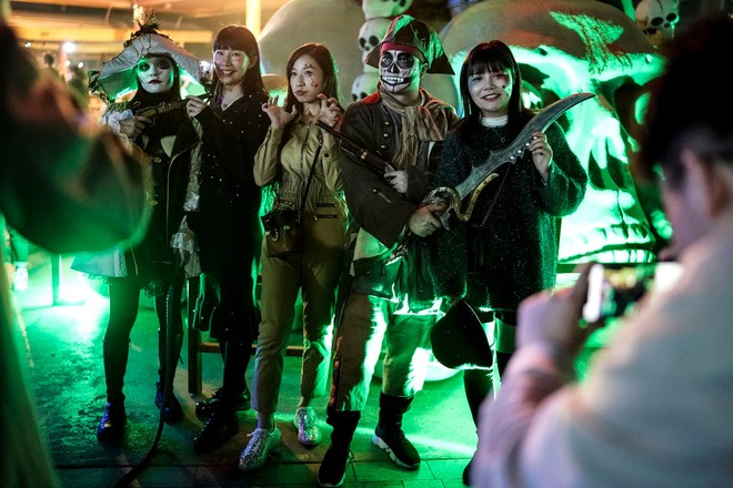 Khách du lịch khắp nơi đổ về Vũ Hán tham dự ngày lễ Halloween ảnh 1