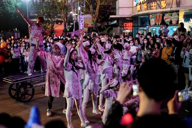 Khách du lịch khắp nơi đổ về Vũ Hán tham dự ngày lễ Halloween ảnh 13