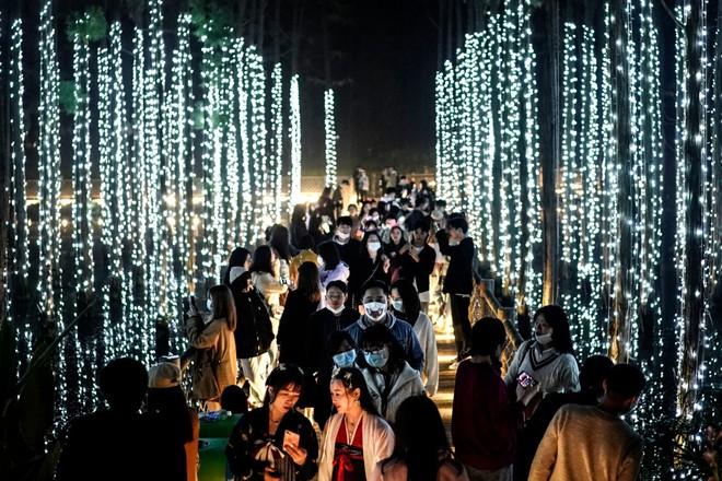 Khách du lịch khắp nơi đổ về Vũ Hán tham dự ngày lễ Halloween ảnh 2