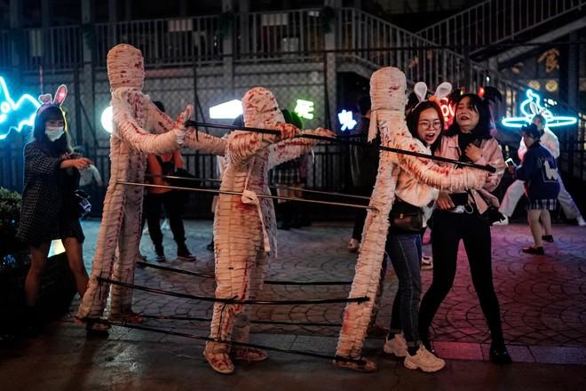 Khách du lịch khắp nơi đổ về Vũ Hán tham dự ngày lễ Halloween ảnh 11