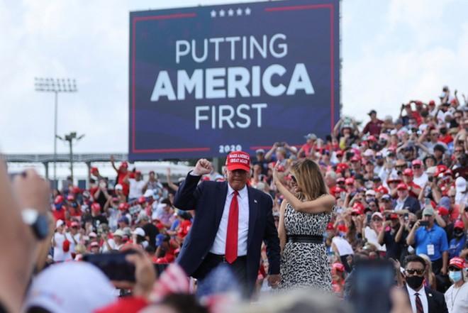 Tổng thống Trump và Đệ nhất phu nhân Melania tại cuộc vận động tranh cử ở Tampa, bang Florida ngày 29-10. Ảnh: Reuters.