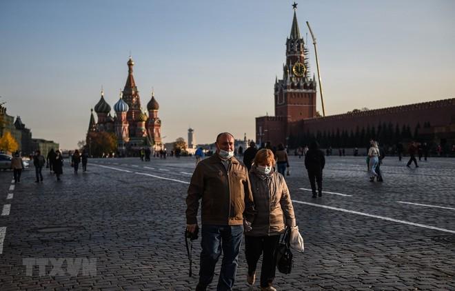 Người dân đeo khẩu trang phòng dịch COVD-19 tại Moskva, Nga ngày 28/10/2020. (Ảnh: THX/TTXVN).