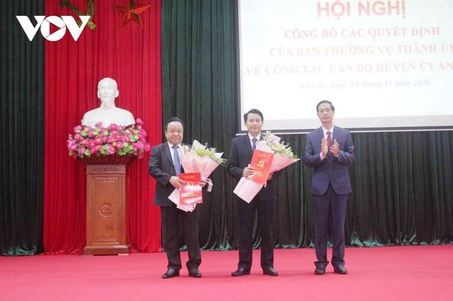 Lãnh đạo Thành ủy Hải Phòng trao quyết định và chúc mừng ông Vũ Duy Tùng (ngoài cùng bên trái), tân Giám đốc Sở Giao thông Vận tải Hải Phòng.