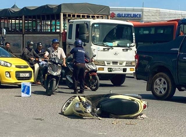 Hiện trường vụ tai nạn nghiêm trọng trên quốc lộ khiến một cô gái thương vong.