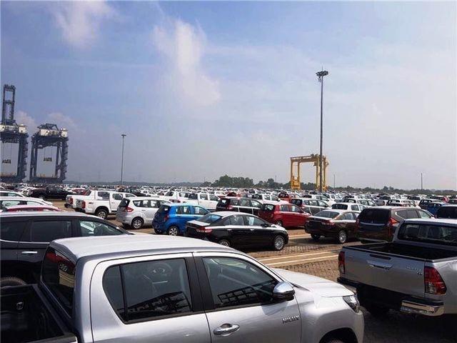 Bất chấp đại dịch gây tác động suy giảm kinh tế, người Việt vẫn bỏ hàng tỷ USD để mua xe nhập về sử dụng.