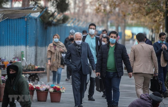 Người dân đeo khẩu trang phòng lây nhiễm COVID-19 tại Tehran, Iran. (Ảnh: THX/TTXVN).