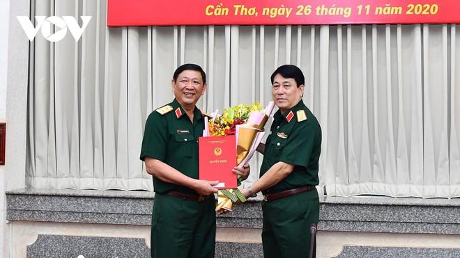 Đại tướng Lương Cường trao quyết định bổ nhiệm Phó Tổng Tham mưu trưởng QĐNDVN cho Trung tướng Huỳnh Chiến Thắng (trái).