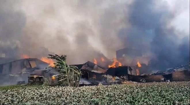 Cháy rất lớn ở xưởng gỗ tại Thạch Thất, Hà Nội ảnh 1