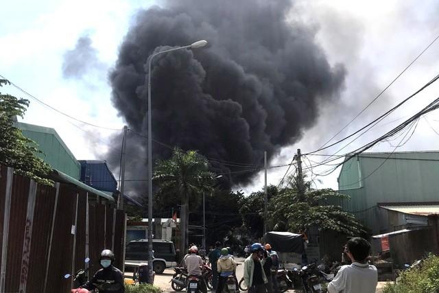 Cột khói bốc lên ngùn ngụt từ hiện trường vụ cháy.