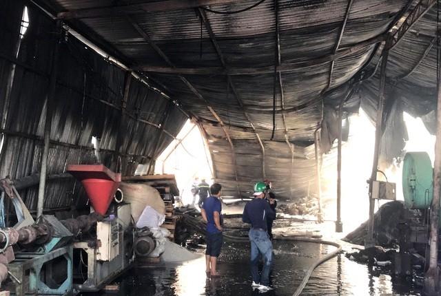 Bình Dương: Cháy lớn tại cơ sở tái chế hạt nhựa, hàng nghìn m2 nhà xưởng đổ sập ảnh 1