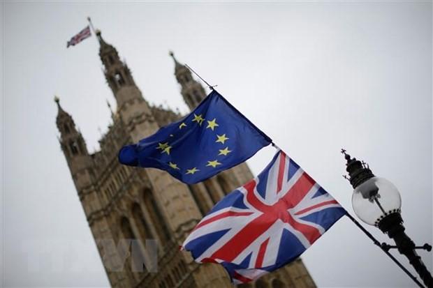 Cờ Anh (phía dưới) và cờ EU (phía trên) tại London, Anh. (Ảnh: THX/TTXVN).