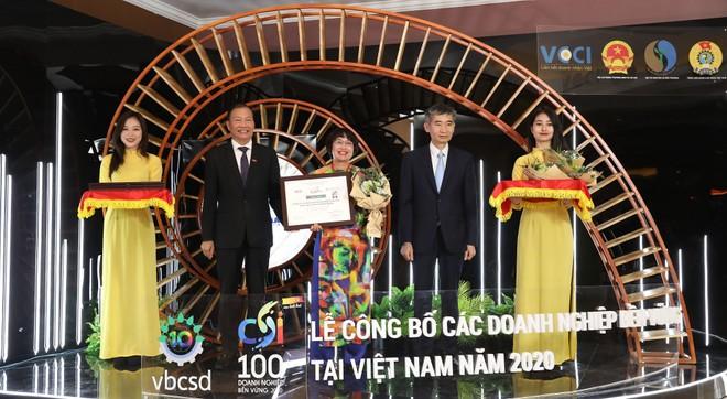 Bà Lê Thị Minh Thảo, PTGĐ Tập đoàn Phenikaa, nhận giải thưởng Top 100 DN phát triển bền vững 2020.