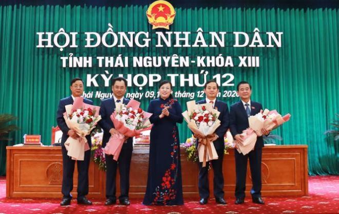 Bà Nguyễn Thanh Hải, Bí thư Tỉnh ủy, Trưởng Đoàn đại biểu Quốc hội tỉnh Thái Nguyên tặng hoa chúc mừng các nhân sự được bầu giữ các chức danh chủ chốt của HĐND và UBND tỉnh.