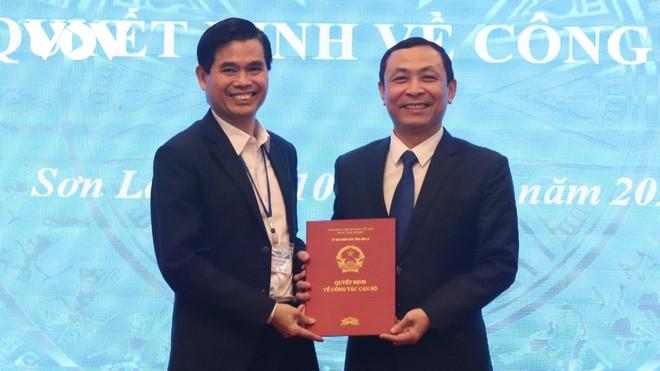 Chủ tịch UBND tỉnh Sơn La Hoàng Quốc Khánh trao quyết định bổ nhiệm cho ông Nguyễn Đức Thành.